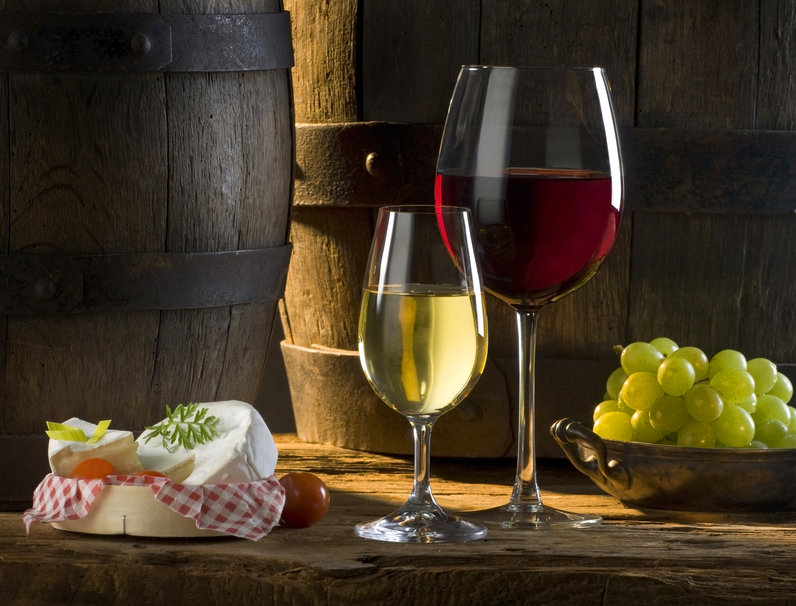 195525__wine-glasses-barrels-grapes-cheese-white-red-tomato-sun-shade_p