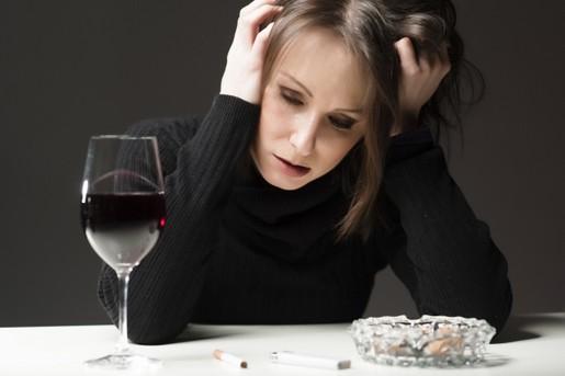 Alkoholisierte Frau mit Wein - drunk woman with wine