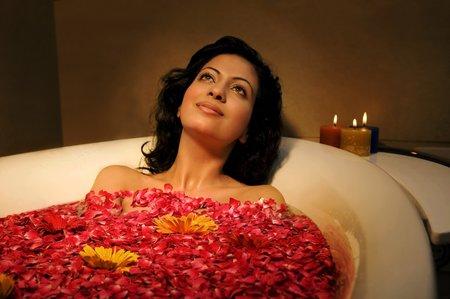1058572_relaxace-zena-vana-svicky-okvetni-listky-koupel