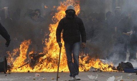 449280_grecko-nepokoje-slzotvorny-plyn-obusky-ateny-obusky-nepokoj-protest-anarchisti-ohen-vytrznici-vytrznosti