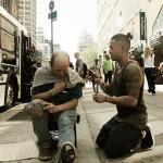 Nestandardní dobrončinnost – kadeřník zdarma stříhá bezdomovce