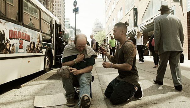 Nestandardní dobrončinnost - kadeřník zdarma stříhá bezdomovce 1