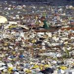 Boj o přežití: otec a syn se denně plují mořem odpadků
