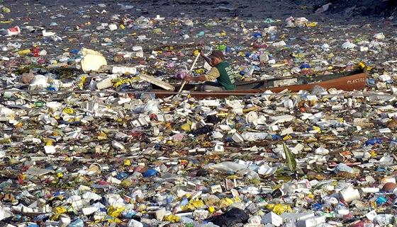 Boj o přežití: otec a syn se denně plují mořem odpadků 1