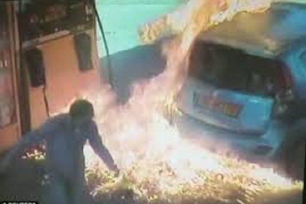 Pyromanka na benzínce. Auto podpálila kvůli ... 1