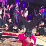 Toto vás dostane do kolen: 60-letá učitelka tančila se studenty 3