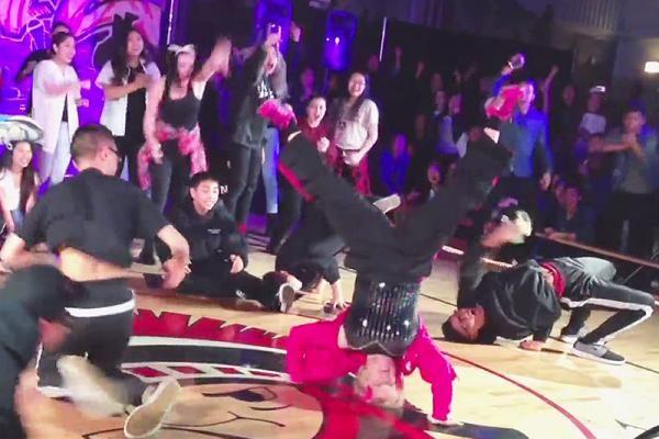 Toto vás dostane do kolen: 60-letá učitelka tančila se studenty 1