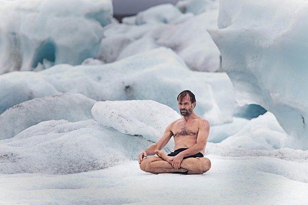 Wim Hof pokořil Everest pouze v šortkách, stal se rekordmanem 1