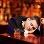 Pár skleniček a ležíte pod stolem? Víme, proč se rychle opijete
