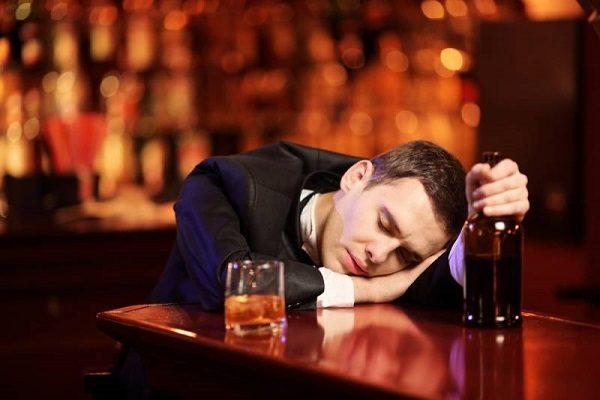 Pár skleniček a ležíte pod stolem? Víme, proč se rychle opijete 1