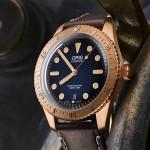 Podívejte se na bronzové hodinky pod lupou