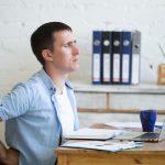 Máte v práci málo pohybu? Ortoped poradí, jak správně sedět