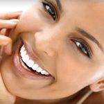 Bílé zuby: Jak je dosáhnout doma a kdy navštívit odborníka