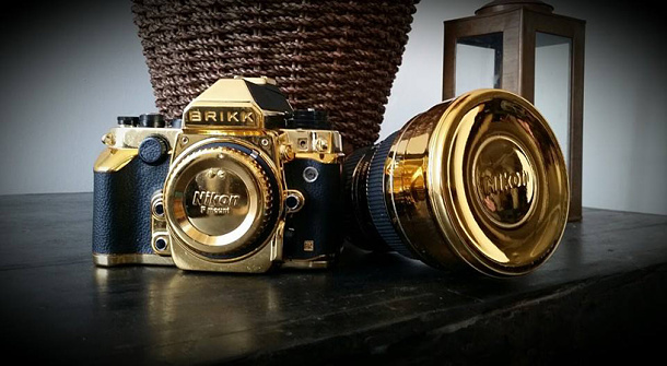 Digitální zrcadlovka Nikon z 24-karátového zlata od společnosti Brikk 1