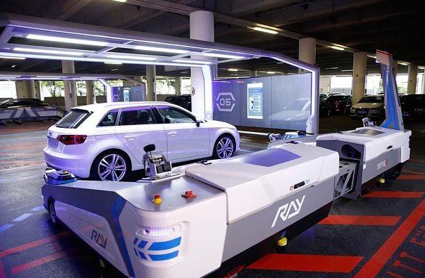 Robot na letišti v Düsseldorfu zaparkuje vaše auto za vás 1