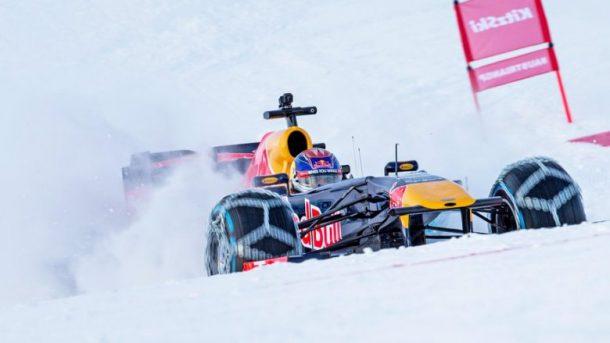 Dokonalé kousky nejmladšího pilota F1 v zasněženém Rakouském Kitzbühelu 1