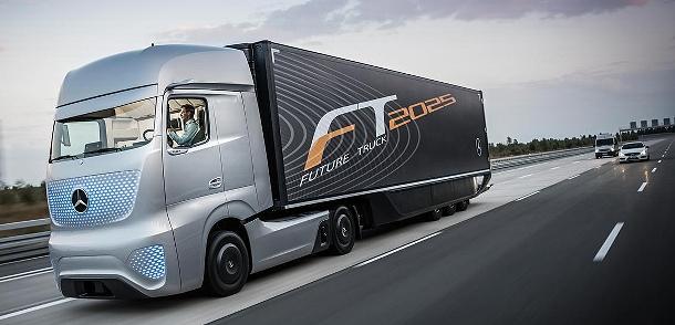"""Mercedes-Benz představil """"tahač"""" budoucnosti, která se pomalu stává realitou 1"""