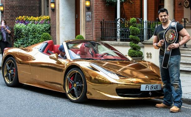 Irácký mistr v kickboxu a jeho zlaté Ferrari 458 Spider 1