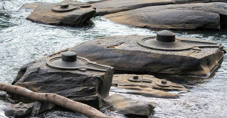 Indická řeka odryla velké množství prastarých lingamů 1
