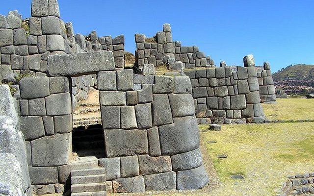 Starověké stavby postavené z dokonale tvarovaných kamenů 1