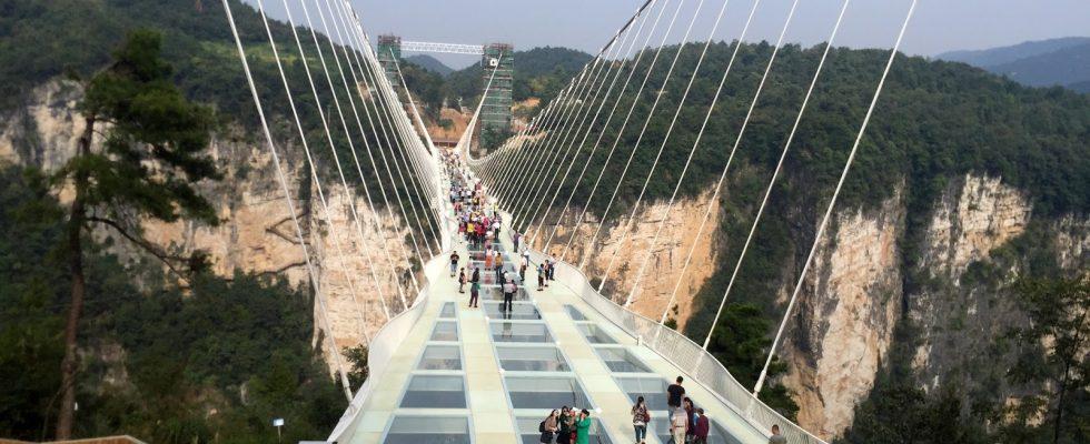 Nejdelší a nejvyšší skleněný most na světě v Číně 1